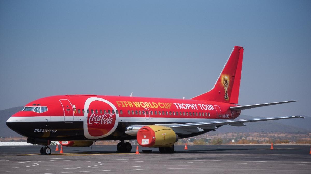 Avion con trofeo Copa Fifa